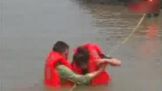 Proses evakuasi pasangan kekasih yang terjebak di pulau karang