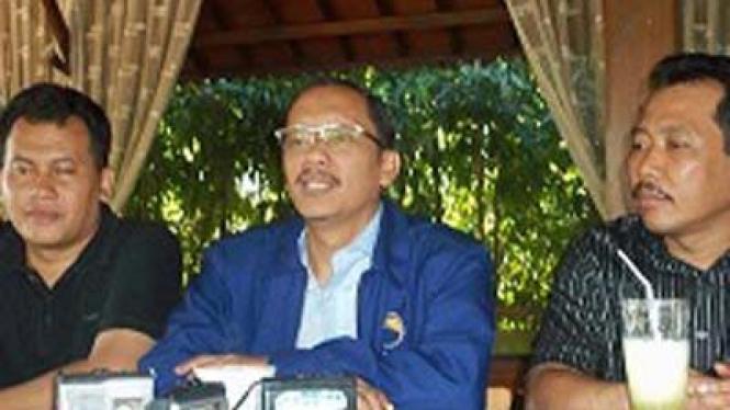 Ketua Dewan Pimpinan Pusat Partai NasDem, Hasan Aminuddin (tengah).