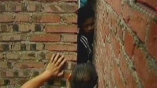 Anak Terjepit Tembok