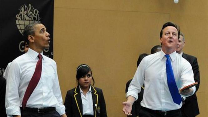 Barack Obama bermain pingpong bersama PM Inggris, David Cameron