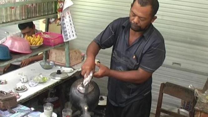 Pak Brewok mengaduk kopi cacing di Lamongan