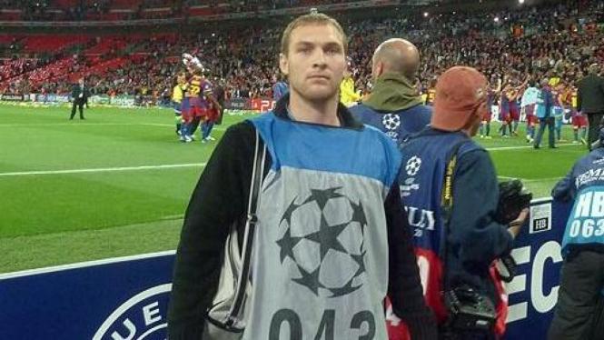 Chris Stowe di pinggir lapangan Wembley