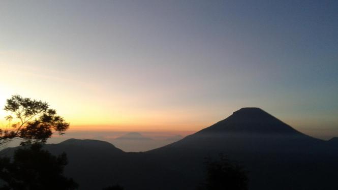 Dieng: Sunrise Dilihat dari Bukit Sinukir