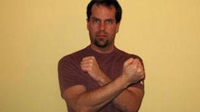 Menyilangkan lengan dapat mengurangi rasa sakit
