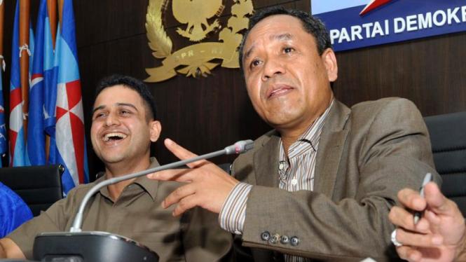 Mohammad Nazaruddin (kiri) memberikan keterangan pers.