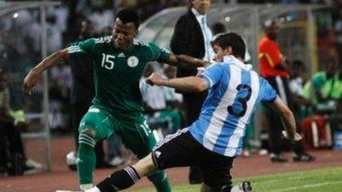 Pemain Nigeria Uche Ikechukwu (hijau) dan pemain Argentina Insua Emiliano
