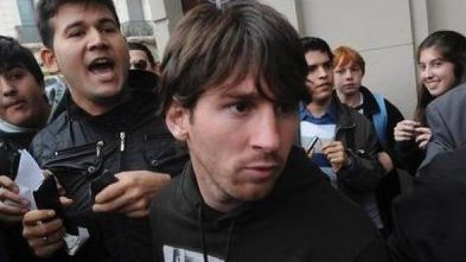 Lionel Messi (tengah) selepas insiden pemukulan di Rosario, Argentina