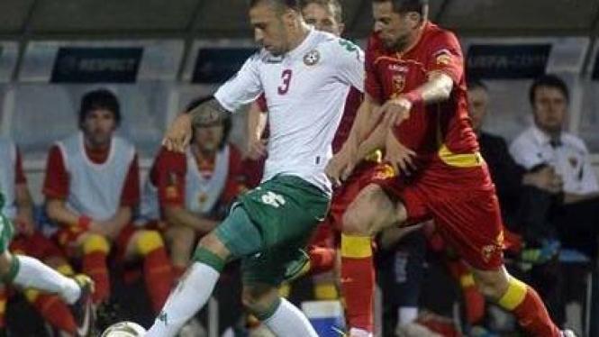 Radomir Djalovic (merah) duel dengan Ivan Bandalovski