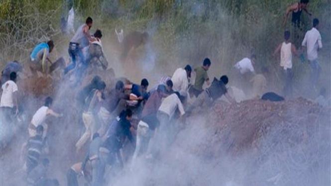 Para demonstran di perbatasan Suriah-Israel terkena gas air mata