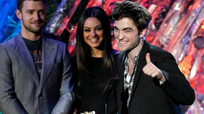 Robert Pattinson menerima penghargaan MTV Movie Awards 2011