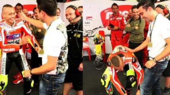 Valentino Rossi saat bertemu Xavi Hernandez di paddock Ducati