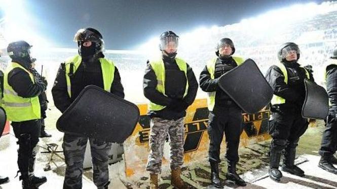 Pihak keamanan di pertandingan Liga Polandia