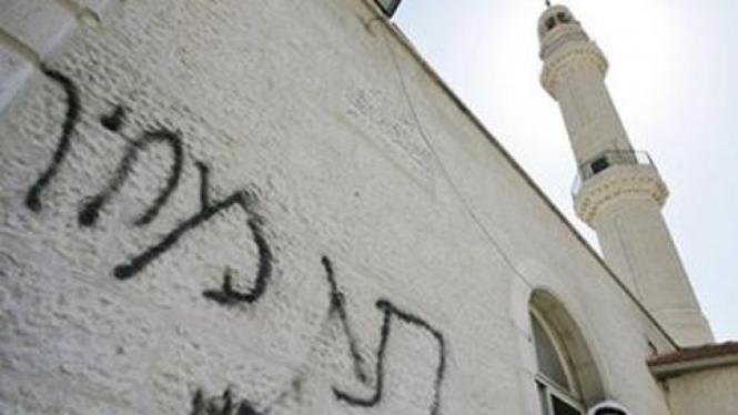 Vandalisme di sebuah mesjid di Tepi Barat, Palestina.