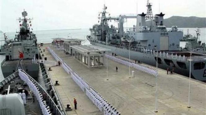 Dua kapal destroyer China berlabuh di Sanya, Desember 2008
