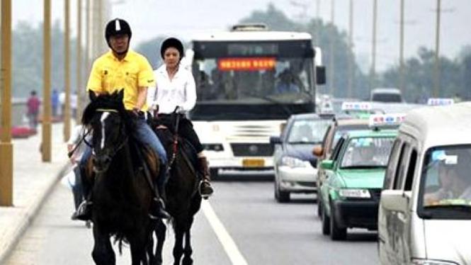 He Yanqing, berkuda menghindari macet.