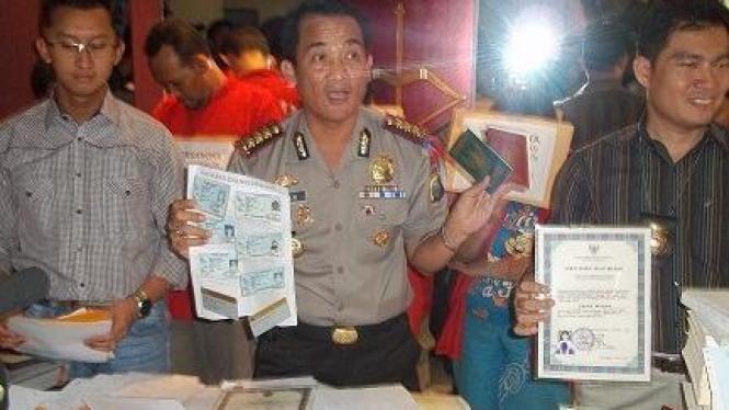 Penangkapan sindikat pembobol bank (Foto: Tuji Martudji, Surabaya)