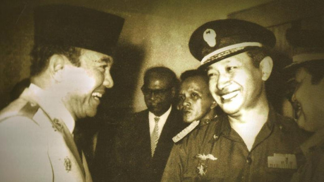 Presiden Soekarno ramah tamah dengan Jenderal TNI Soeharto.