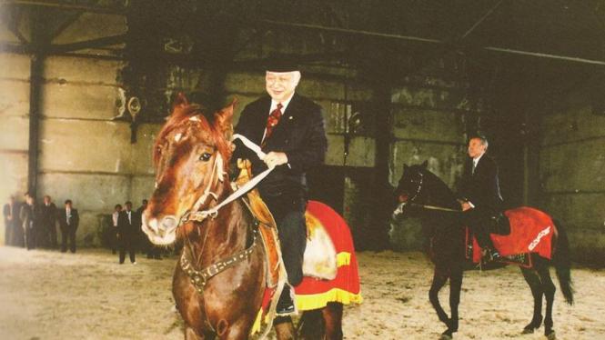 Soeharto menaiki kuda pemberian Presiden Kazakhstan