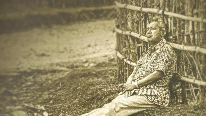 Soeharto tengah beristirahat di tengah-tengah kunjungannya ke daerah