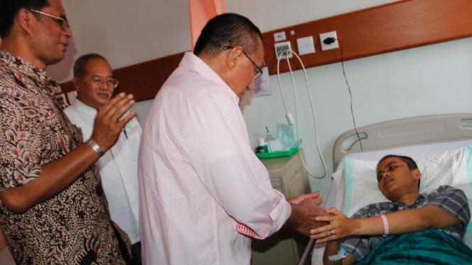 Aburizal Bakrie Kunjungi Dora Pasien Keringat Darah