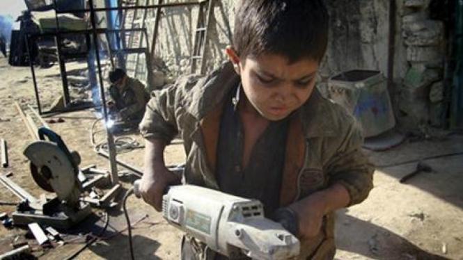 Mohammad Gul, 8, menjadi tukang las di Afghanistan.