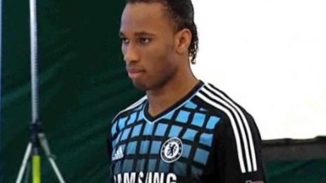 Didier Drogba kenakan seragam baru away Chelsea