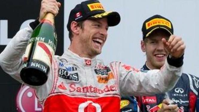 Jenson Button (depan) dan Sebastian Vettel