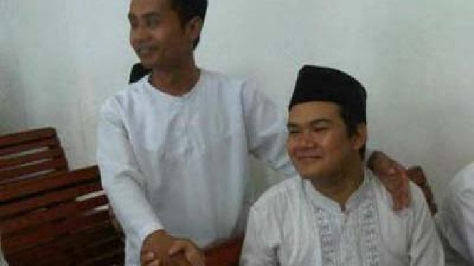 Muhammad Umar (berdiri) dan Icha alias Rahmat Sulistiyo (duduk)
