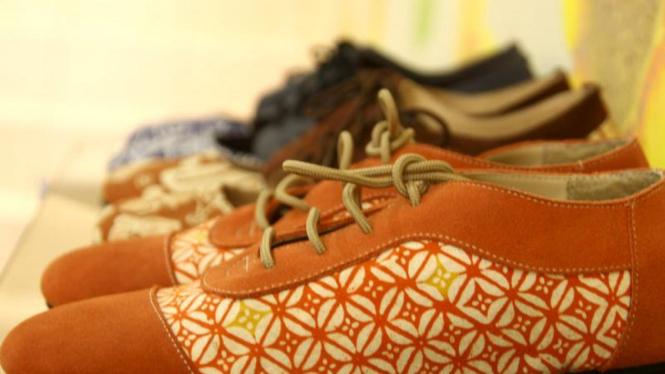 Sepatu unik berbahan batik