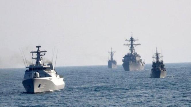 Kapal Korvet TNI AL memandu tiga kapal militer AS