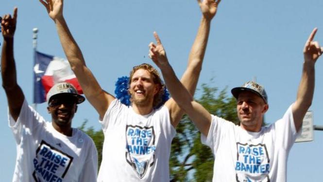 Pemain Mavericks (ki-ka): Jason Terry, Dirk Nowitzki, Jason Kidd