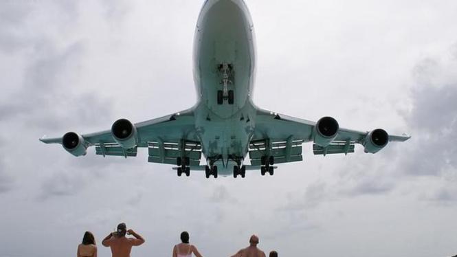 Pesawat di Pantai Maho
