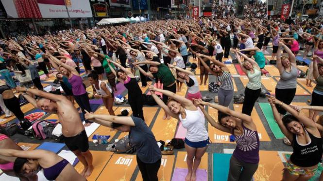 Yoga massal di Times Square New York
