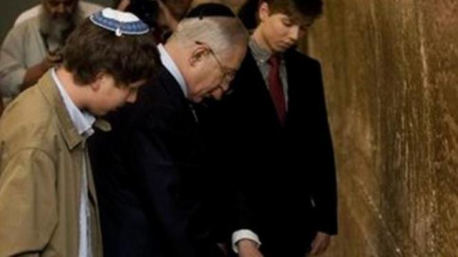 Yair Netanyahu (kanan) dan ayahnya, Benjamin Netanyahu.