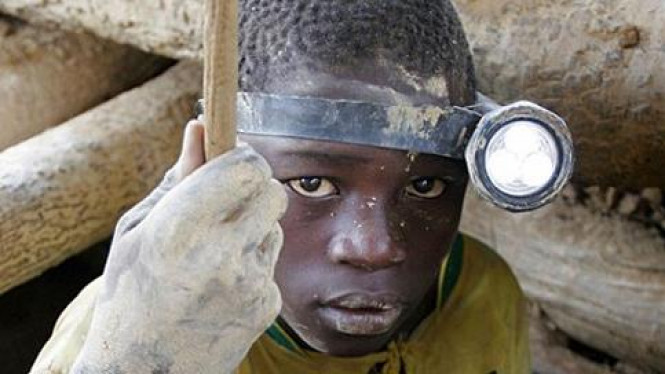 Bocah penambang emas di Senegal.
