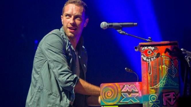 Chris Martin tampil dalam Festival Glastonbury 2011