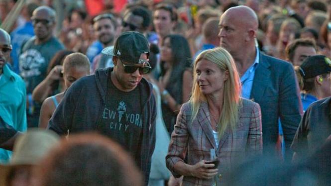 Jay Z dan  Gwyneth Paltrow menonton Festival Glastonbury 2011