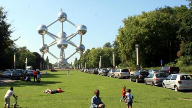 Monumen Atomium di Brussels, Belgia
