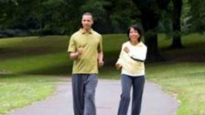 Pasangan lansia jalan kaki.