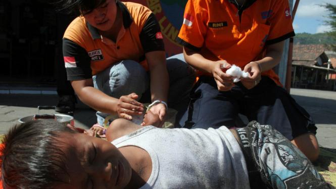 Seorang bocah terserang ubur-ubur di Pantai Parangtritis, DIY, sedang diobati