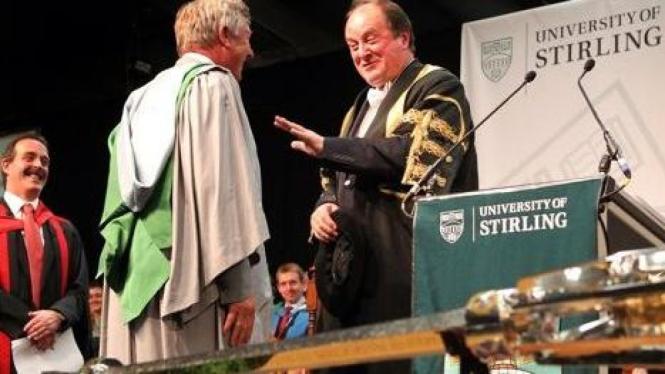 Sir Alex Ferguson (abu-abu) menerima gelar Doktor