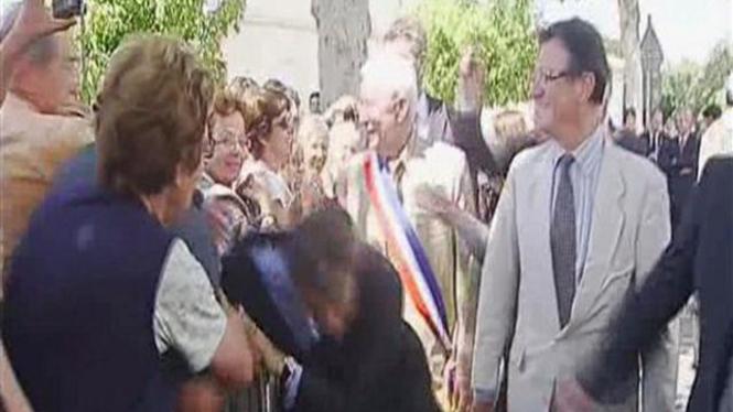 Presiden Nicolas Sarkozy saat ditarik oleh seorang warga, 30 Juni 2011