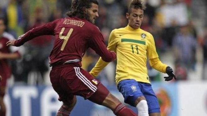 Neymar (kuning) di pertandingan melawan Venezuela