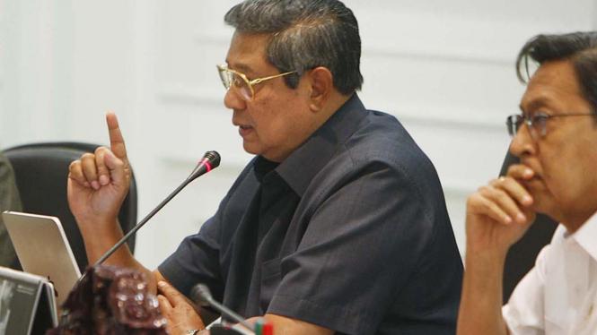 Presiden SBY pakai iPad saat rapat Polhukam, Selasa 31 Agustus 2010