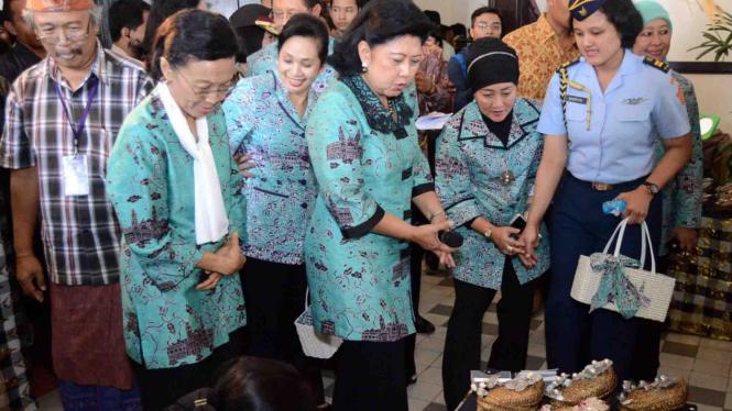 Ani Yudhoyono memperhatikan kerajinan Jateng (Foto: Puspita Dewi, Semarang)