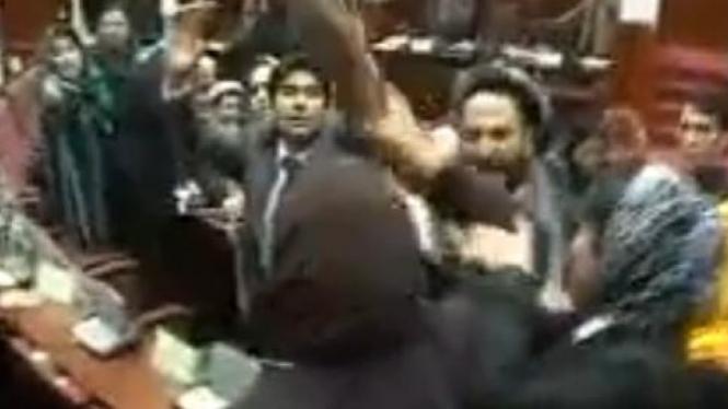 Anggota parlemen Afghanistan terlibat baku hantam.
