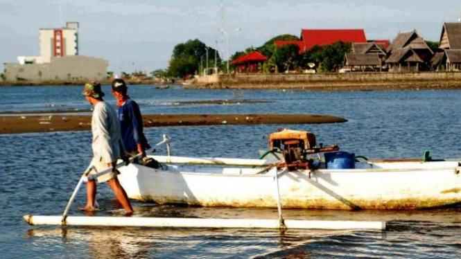 Nelayan Mamuju, Sulawesi Barat, saat melaut.