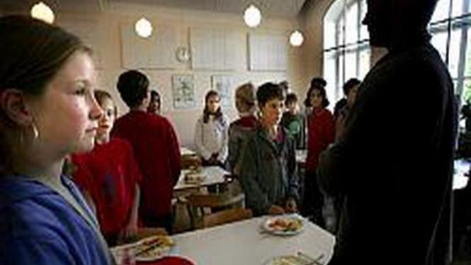 Murid-murid SD Swedia di Stockholm bersiap makan siang