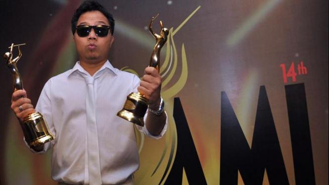 Sandhy Sandoro Raih Penghargaan di AMI Awards 2011