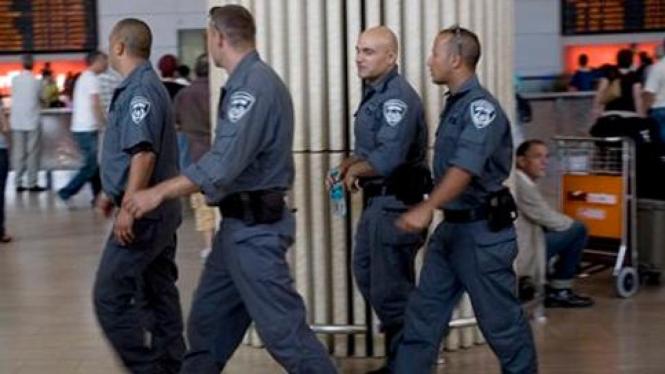 Polisi berjaga di bandara Ben-Gurion, Tel Aviv, Israel.